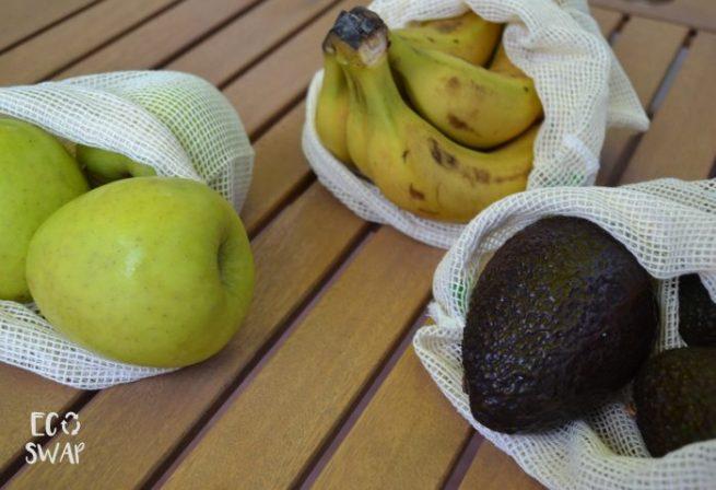 bolsas de algodón con fruta en su interior